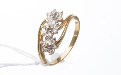 A TRIPLE DIAMOND CLUSTER RING IN 9CT GOLD, RING SIZE O, 2.2GMS