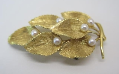 A hallmarked 18ct yellow gold pearl leaf brooch, 40x25mm - a...