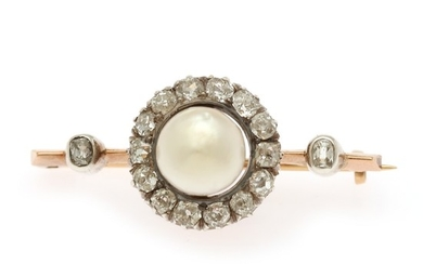 A pearl and diamond brooch set with a cultured fresh water pearls encircled by numerous old-cut diamonds, mounted in 18k gold and silver. L. 39 mm.