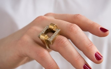 ANNEES 1970 BAGUE CHEVALIERE DIAMANTS A diamond and gold ring, circa 1970.