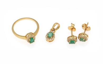 An emerald and diamant jewellery set comprising of a pair of ear studs, a pendant...