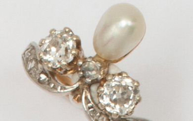 """Duchess"""" ring in yellow gold and platinum, adorned with a droplet pearl shouldered and surmounted by rose-cut diamonds and larger old-cut diamonds. Finger size: 54. P. Rough: 3.8g"""