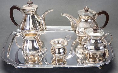 English style coffee and tea set in punched Spanish silver composed of: coffee pot, teapot, sugar bowl, jug and strainer on a rectangular tray raised by four legs. Total weight: 3 Kg. Tray dimensions: 34,5x44 cm. Higher height: 19 cm. Exit