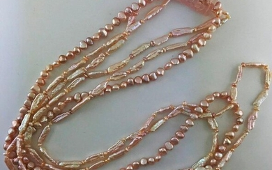 Long necklace of three rows of pink freshwater cultured pearls decorated with a pink quartz cylinder, Gross weight: 174g