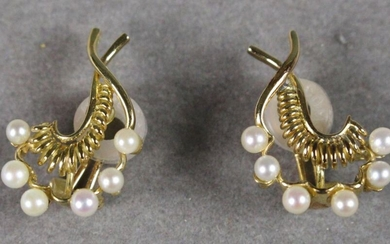 Pair of leaf-shaped earrings made of yellow gold thread, edged with cultured pearls.