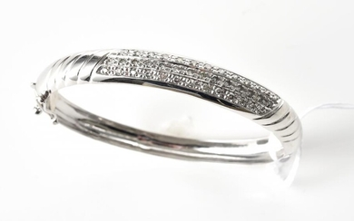 A DIAMOND HINGED BANGLE IN 14CT WHITE GOLD, INNER DIAMETER 55MM, 13.6GMS