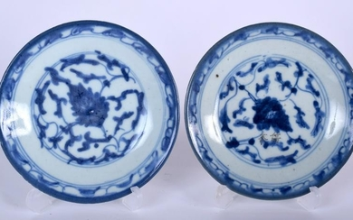 A PAIR OF EARLY 19TH CENTURY CHINESE BLUE AND WHITE