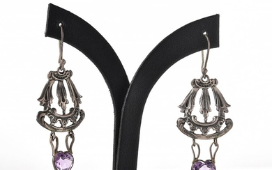 A PAIR OF VINTAGE AMETHYST DROP EARRINGS IN SILVER, TO SHEPHERD HOOK FITTING, TOTAL LENGTH 50MM