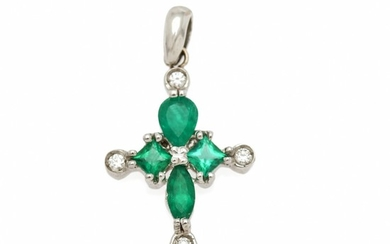 An emerald and diamond pendant in shape of a cross set with four emeralds and five diamonds, mounted in 18k white gold. L. incl. eye-let app. 3 cm.