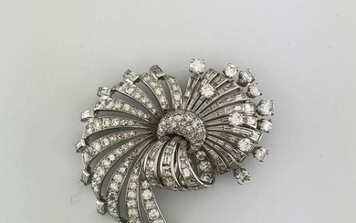 Bow brooch in white gold 750°/°°° and platinum decorated with a round diamond pavé set with baguette, tapers and 5 cts diamonds, circa 1950, D.5x4cm, Gross weight: 26,23g