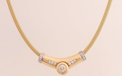 Elegant yellow gold choker, 750/000, with diamonds. Finely braided necklace with a large loose pendant slid over it with a large brilliant cut diamond in the middle, approx. 0.90 ct SI-I. Next to the center stone and on the edges of the pendant 20...