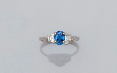 Ring in white gold, 750 MM, set with a beautiful oval sapphire weighing 1.02 carat and set with four baguette-cut diamonds, size: 54, weight: 2.3gr. rough.