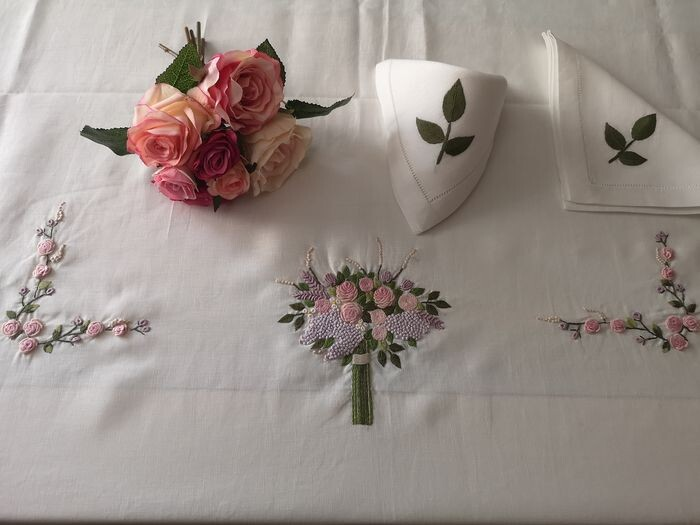 Spectacular 12 x pure linen tablecloth with embroidered Punto Rilievo bouquet - Linen - 21st century