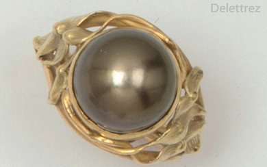 Yellow gold ring with a Tahitian pearl. The...
