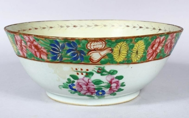 A 19TH CENTURY CHINESE FAMILLE ROSE PORCELAIN BOWL, the