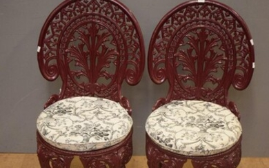 A PAIR OF CAST IRON COLEBROOKDALE STYLE POWDER COATED CHAIRS (85H X 40W X 50D CM)
