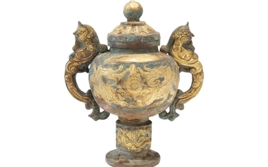 Fire-gilt copper repoussé China, style of the Tang dynasty-presumably dating to the late Qing dynasty | Feuervergoldetes Kupfer Repoussé Gefäß im Stil der Tang Dynastie, vermutlich späte Qing Dynastie