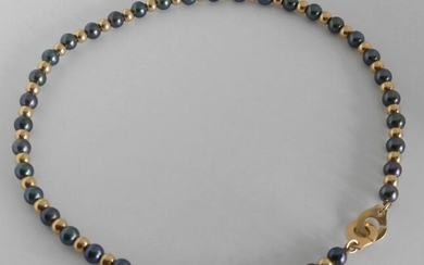 NECKLACE gold beads and alternating hematite beads, handcuffs clasp. Gross weight 22,5 g