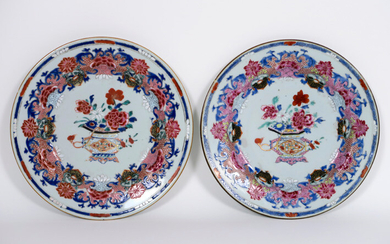 Pair of Chinese 18th century plates in porcelain with Famille Rose decor with jardinière - diameter : 23 cm ||pair or 18th Cent. Chinese plates in porcelain with Famille Rose decor with jardinier