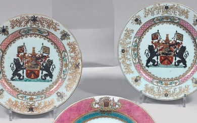 Pair of china plates. Qianlong, 18th century, circa 1740, decorated with the enamels of the Rose Family, in the centre of a coat of arms surmounted by a helmet and framed by two lions holding pennants in a medallion formed by a frieze of wrought iron...