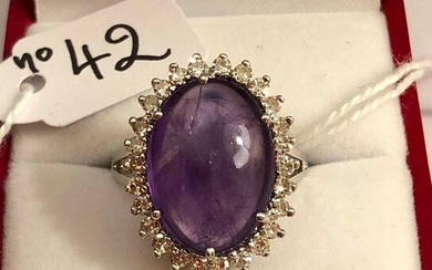 Ring in white gold, set with a cabochon of Amethyst ~ 10cts in a circle of diamonds, for ~ 0,70ct. TDD / 55 - 8,3g