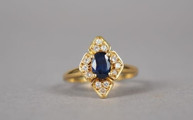 Yellow gold ring in the shape of a flower, decorated in its center with a sapphire surrounded by small diamonds.