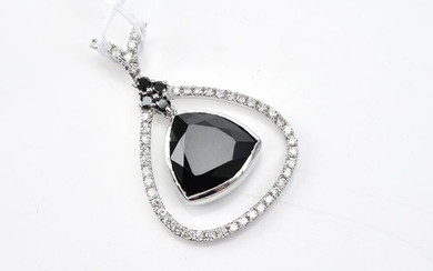 A BLACK TOURMALINE AND DIAMOND PENDANT IN 18CT WHITE GOLD WITH BLACK DIAMOND DETAIL, TO A DISPLAY CHAIN