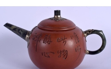 AN EARLY 20TH CENTURY CHINESE YIXING TEAPOT AND COVER by Yu ...