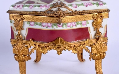 AN EARLY 20TH CENTURY FRENCH PARIS SEVRES STYLE CASKET