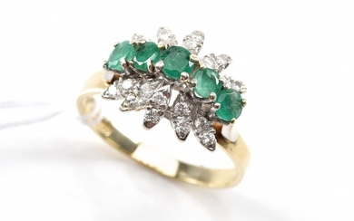AN EMERALD AND DIAMOND DRESS RING IN 18CT GOLD, RING SIZE V-W, 5.9 GRAMS