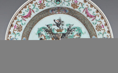 Chinese porcelain plate. Qianlong, 18th century. Decorated with the enamels of the Rose Family, in the centre of a coat of arms surmounted by a crowned helmet and supported by two greyhounds, trellis braid on the waterfall, frieze of arms in...
