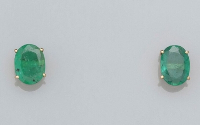 Pair of chips in 585°/00 yellow gold, each set with an oval emerald. 1.7 g. H: 8.1 mm