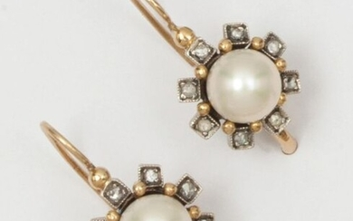 Pair of earrings in 9K yellow gold AND SILVER, adorned with pearls in a setting of rose-cut diamonds. Sleeper type clasp. Length: 2.4 g. P. Rough: 8.1g.