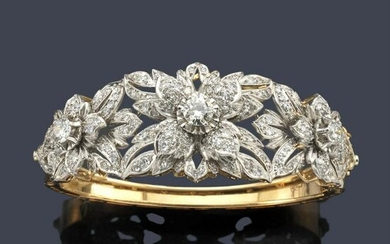 Rigid bracelet with floral motifs with brilliants and