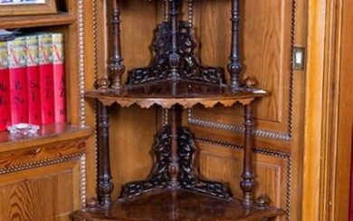 Root wood corner, England, 19th century. Four heights and fretworked decoration. Height: 140 cm. Exit: 200uros. (33.277 Ptas.)