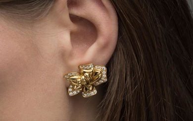 TRAVAIL FRANÇAIS ANNEES 1980 PAIRE DE CLIPS D'OREILLES FLEUR DE LOTUS A diamond and gold ear clips, circa 1980.