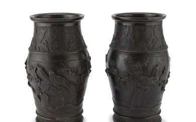 A PAIR OF JAPANESE BRONZE VASES EARLY 20TH CENTURY.