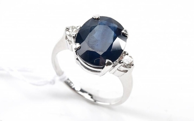 AN OVAL BLUE SAPPHIRE OF 6.30CTS AND DIAMOND DRESS RING IN 18CT WHITE GOLD, SIZE M, 5.2GMS
