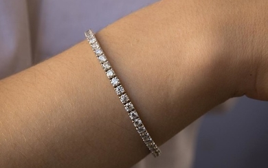BRACELET LIGNE DIAMANTS A diamond and gold tennis bracelet.