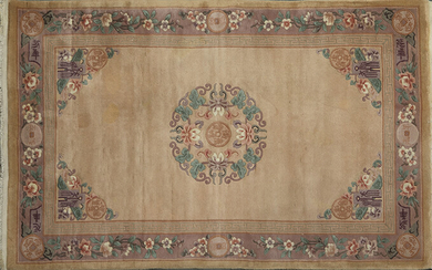 Chinese wool carpet with flower decoration, medallions and inscriptions on beige field. Measures: 240x150 cm. Exit: 150uros. (24.958 Ptas.)