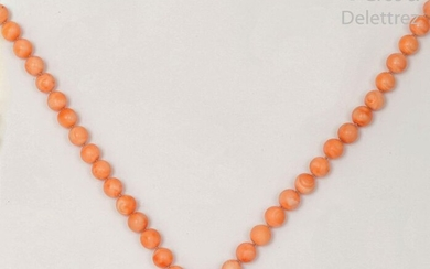 Coral pearl necklace, yellow gold clasp. Longueur :...
