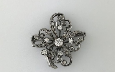 Flower brooch in white gold 750°/°°° set with...