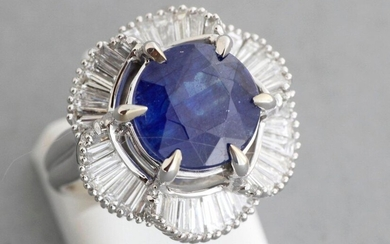 Gold ring set with a sapphire of about 5.51 carats on a skirt setting with trapezoid diamonds of about 1.5 carat - Gross weight: 9.7 g - Finger size: 52