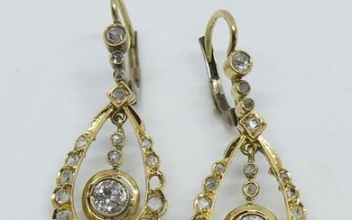 Pair of EARRINGS EARRINGS in yellow gold set with roses, one diamond in tassel (two roses missing) Gross weight 5,1 g