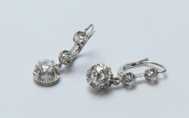 s11 - Pair of 750 thousandths white gold earrings set with a drop of three old cut diamonds (2 x 0.70 carat for the most important ones) 4.2g, length 2.7 cm