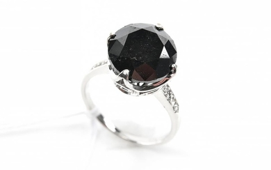 A BLACK DIAMOND RING WITH WHITE DIAMOND SET SHOULDERS, IN 18CT WHITE GOLD.