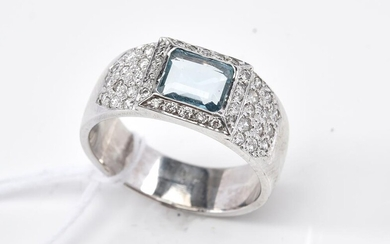 AN AQUAMARINE AND DIAMOND RING IN 18CT GOLD, SIZE O, 8.5GMS