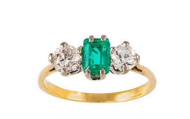 AN EMERALD AND DIAMOND THREE STONE DRESS RING, mounted in ye...