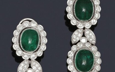 Pair of white gold earrings, each adorned with two emerald cabochons in brilliant-cut diamond circles. Clasp with stem and safety clasp. Longueur : 4,4 cm. P. Brut : 19.9 g.