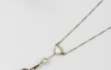 Pendant necklace in yellow gold and platinum, adorned with a drop pearl adorned with a pavement of rose-cut diamonds, surmounted by two larger old-cut diamonds. Length: 3.2cm. Rough weight: 5g. (restoration)